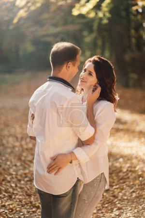 Photo pour Jeune couple romantique marchant dans le parc d'automne. Famille dans le parc. Couple enceinte . - image libre de droit