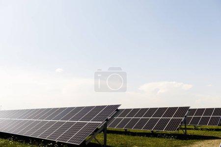 Foto de Nueva energía. Panel solar en día soleado, fuente de electricidad alternativa. - Imagen libre de derechos