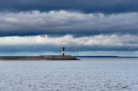 Photo pour View of the lighthouse in the Gulf of Finland. - image libre de droit