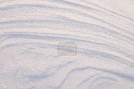 Photo pour Vue grand angle de la texture de la neige, arrière-plan avec espace de copie. Texture glacée de la neige après un blizzard par une matinée ensoleillée . - image libre de droit
