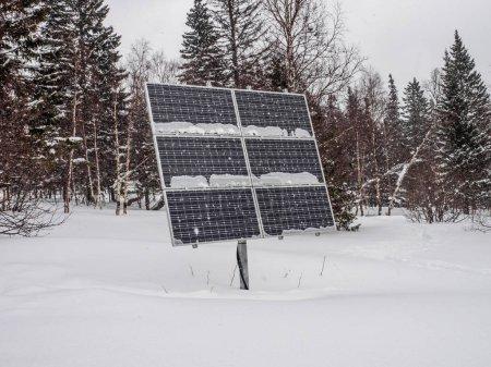 Photo pour Pile solaire. chutes de neige et mauvaise visibilité. mauvaises conditions météorologiques. travail extrême de l'énergie et de l'électricité en hiver - image libre de droit