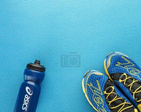 Photo pour Concept mode de vie sain, sport et alimentation. Vue du dessus, espace texte. L'athlète est prêt. Composition à plat. Sport unisexe, fitness masculin et féminin . - image libre de droit