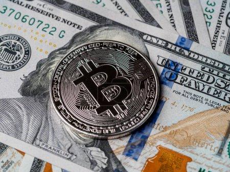 Photo pour Bitcoin et billets de dollars. Échanger Bitcoin pour un dollar. Image conceptuelle pour crypto-monnaie mondiale et système de paiement numérique. Nouvelle monnaie virtuelle . - image libre de droit