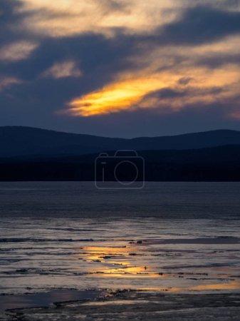 Photo pour Coucher de soleil soleil soleil se brise à travers les nuages sombres et les nuages. Scène dramatique de fond naturel. paysage dans la soirée sur le lac . - image libre de droit