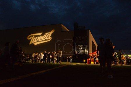Photo pour Smiths Falls, On, Canada - 25 août 2018 - une image éditoriale prise au Festival Shindig Tweed - logo Tweed allumé sur le mur au sommet de la colline. - image libre de droit