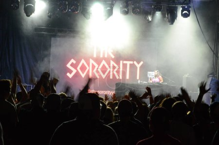 Photo pour Smiths Falls, On, Canada - 25 août 2018 - une image éditoriale prise au Festival Shindig Tweed - vue sur le stade accueillant les artistes de rap nommés la sororité - image libre de droit