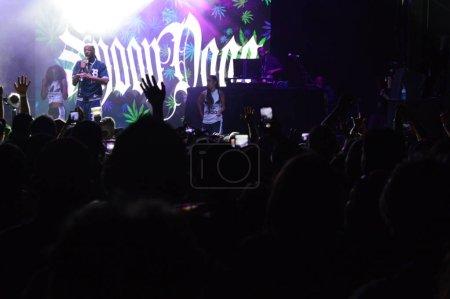 Photo pour Smiths Falls, On, Canada - 25 août 2018 - une image éditoriale prise au Festival Shindig Tweed - vue de la scène, se félicitant du rappeur Snoop Dogg. - image libre de droit