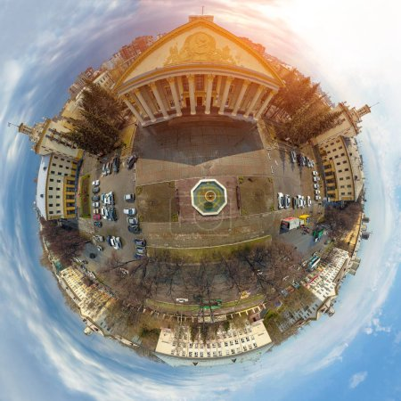 Photo pour Un tir de drone d'hélicoptère. Photographie aérienne d'une ville sur une zone, un bâtiment soviétique, un grand carrefour, des immeubles de grande hauteur, un parc et des routes. Ville panoramique 360 prise de vue d'en haut - image libre de droit
