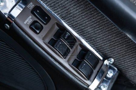 Photo pour Novossibirsk, Russie 07 juillet 2019 : Toyota Vista, gros plan sur les boutons de la porte latérale : boutons de réglage de la fenêtre, serrure de la porte. intérieur de voiture moderne : pièces, boutons, bouton - image libre de droit