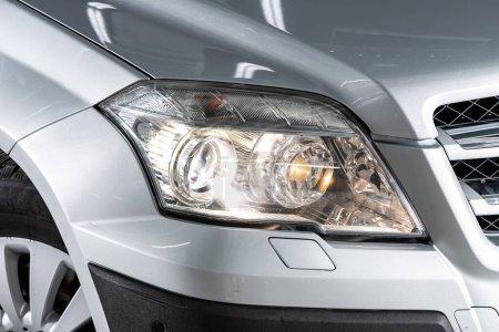 Photo pour Novossibirsk / Russie 02 avril 2020 : Mercedes-Benz GLK, Détail de la lumière près de la voiture neuve. Détail extérieur - image libre de droit