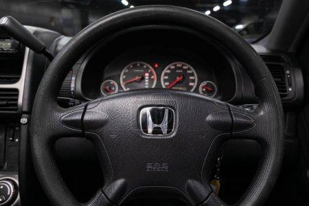 Nowosibirsk / Russland 02. April 2020: Honda CR-V, Auto Interieur: Lenkrad mit rotem Logo Honda und Tacho und Drehzahlmesser