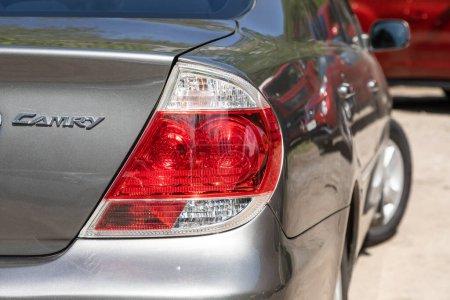 Photo pour Novossibirsk / Russie 03 mai 2020 : Toyota Camry, Gros plan sur les détails de la voiture : beauté propres feux arrière gris de VUS gris - image libre de droit