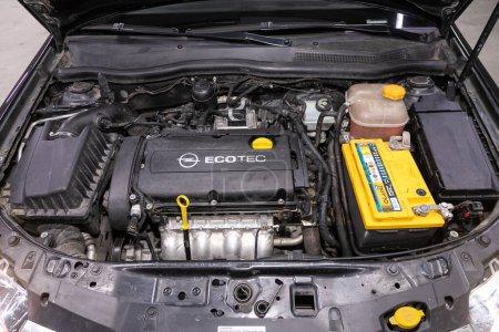 Photo pour Novossibirsk / Russie 03 juin 2020 : Opel Astra, Gros plan sur un bloc moteur propre. Moteur à combustion interne, pièces de voiture, détailler - image libre de droit