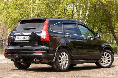 Nowosibirsk / Russland 02. Mai 2020: schwarzer Honda CR-V, beliebter Jeep, der an einem warmen Sommertag im Freien parkt, Rückansicht