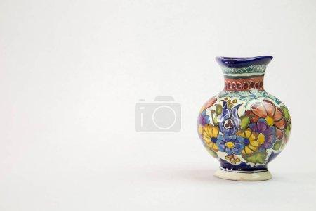 Foto de Un jarrón de talavera hermoso con un fondo blanco que se inclina a la derecha - Imagen libre de derechos