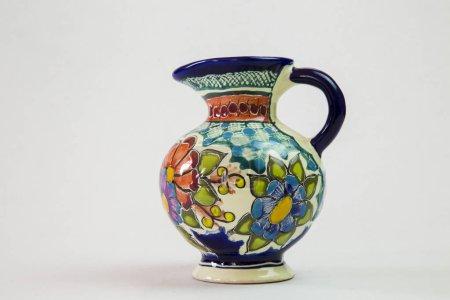 Foto de Un jarrón de talavera hermosa lleno de color con fondo blanco - Imagen libre de derechos