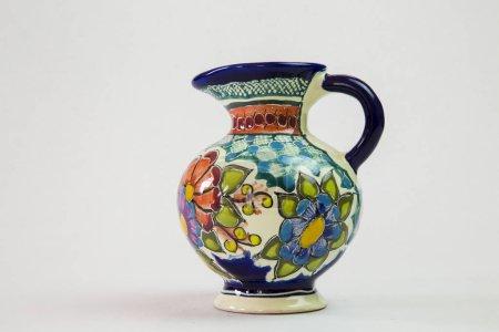 Foto de Un jarrón de talavera hermosa lleno de color con un fondo blanco con una actitud de completa - Imagen libre de derechos