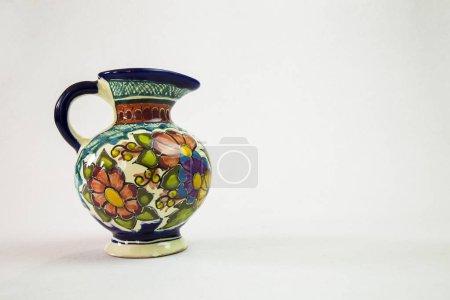 Foto de Un jarrón de talavera hermoso con un fondo blanco que se inclina a la izquierda - Imagen libre de derechos