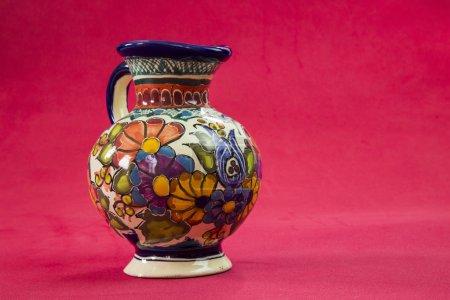 Foto de Un jarrón de talavera hermosa sobre un fondo rojo sexy - Imagen libre de derechos