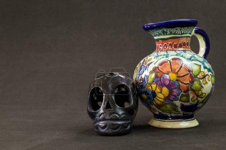 Foto de Un jarrón de Talavera muy grave con una calavera negra de Oaxaca - Imagen libre de derechos