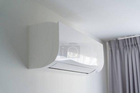 Photo pour Climatiseur sur mur blanc dans l'espace de la chambre d'appartement . - image libre de droit