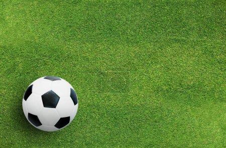 Photo pour Ballon de football sur herbe verte de fond de terrain de football avec motif et texture . - image libre de droit