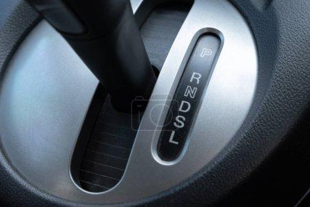 Foto de Palanca de caja de cambios de coche en lugar de controlador - Imagen libre de derechos