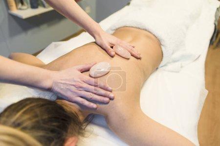 Photo pour Massages aux pierres chaudes dans un centre de beauté - image libre de droit