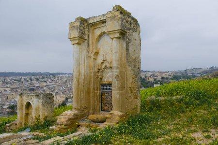 Photo pour Les tombes mérinide ou les tombes Merenid désignent les ruines des tombeaux monumentaux sur une colline au-dessus et au nord de Fès al-Bali, la vieille ville de Fès, Maroc. Aujourd'hui, ils sont aussi un point de vue populaire sur la ville historique. - image libre de droit