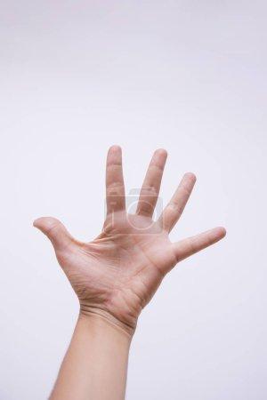 Primer plano de la mano de personas que muestran gesto sobre fondo blanco