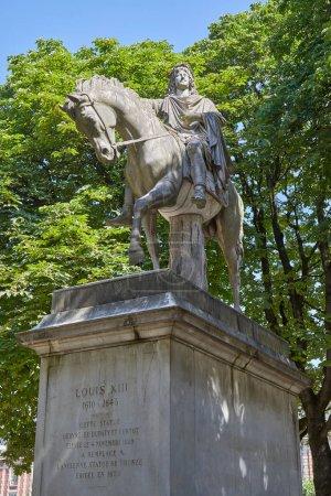 Photo pour Statue équestre de Louis XIII par Jean-Pierre Cortot (1787-1843) lors d'une belle journée d'été à Paris, France - image libre de droit