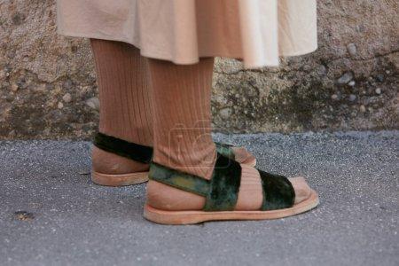 Photo pour MILAN - 18 JUIN : Femme avec des sandales en velours vert et des chaussettes brunes avant le défilé Salvatore Ferragamo, Milan Fashion Week street style le 18 juin 2017 à Milan . - image libre de droit