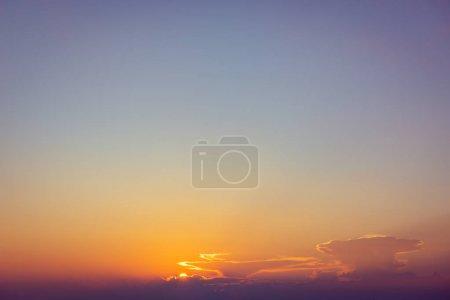Photo pour Coucher de soleil dramatique nuages orange fond de ciel violet - image libre de droit