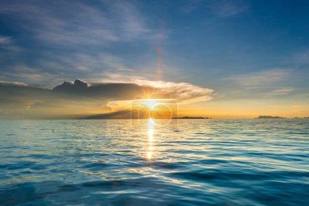 Photo pour Belle plage coucher de soleil avec mer bleue et ciel clair doré fond nuage - image libre de droit