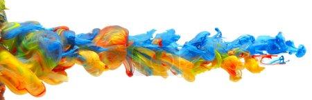 Regenbogen aus bunten Farben und Tinten, die im fließenden Fluss zusammenwirbeln