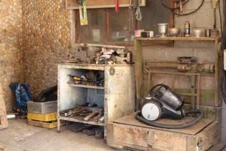 Garage avec des outils de réparation pour hommescoin inventaire garçon réel
