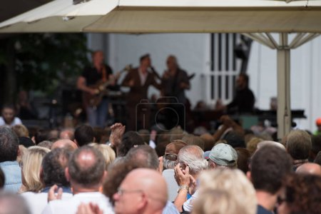 Photo pour Spectacle concert en plein air - image libre de droit