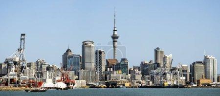 Photo pour AUCKLAND, NZ - 13 JUIN : Vue de Auckland Skyline. Auckland a été classée parmi les 10 meilleures villes au monde à visiter par la bible de voyage Lonely Planet . - image libre de droit