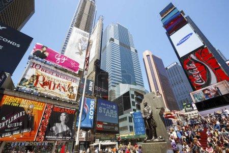Photo pour New York City - 24 mai 2015: Times Square, en vedette avec les théâtres de Broadway et animation Led enseignes, est un symbole de la ville de New York et aux États-Unis à Manhattan - image libre de droit