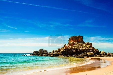 Photo pour Belle plage Praia do Castelejo sur la côte de l'Algarve au Portugal - image libre de droit