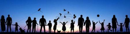 Panorama Collage Silhouetten von Familien mit Kindern Erwachsene und Senioren genießen die Natur