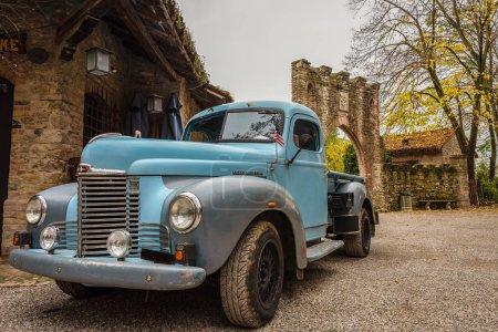 Photo pour Historique couleur bleue Pick-up garés dans les rues d'un village italien historique, la voiture American vintage, l'horizontale de l'image - image libre de droit