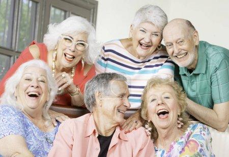 Photo pour Six amis seniors rient et s'amusent - image libre de droit