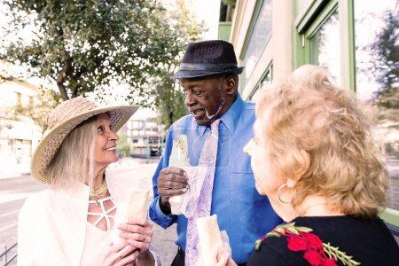 Photo pour Trois aînés au centre-ville avec des burritos - image libre de droit