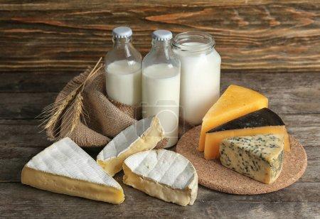 Photo pour Produits laitiers frais sur table - image libre de droit