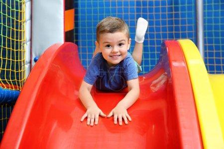 Foto de Niño en diapositiva en el centro de entretenimiento - Imagen libre de derechos