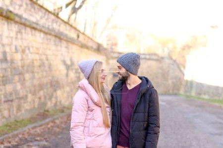 Photo pour Jeune couple romantique en plein air - image libre de droit