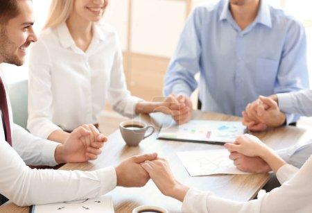 Photo pour Les jeunes au bureau portent la main à l'intérieur. Concept d'unité - image libre de droit
