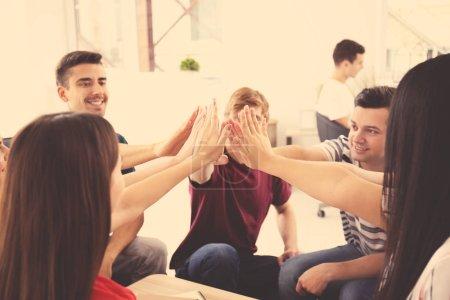 Photo pour Les gens s'amusent ensemble à l'intérieur. Concept d'unité - image libre de droit