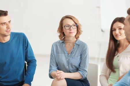 Photo pour Personnes à la séance de psychothérapie de groupe à l'intérieur - image libre de droit